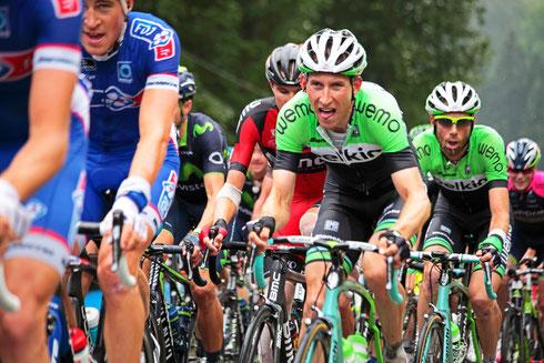 Tour de France. Quälerei seit 1903. Das Verfolgerfeld mit von den Strapazen der schweren Bergetappe gezeichneten Gesichtern,Verbänden und kaputten Knien. Foto: Tobias Bunners