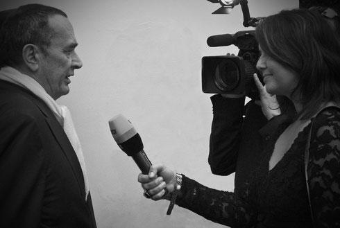 Party für Film und TV in der Villa Aurora, L.A.: Bernd Eichinger im Interview mit RTL-Reporterin Silke Bunners. Im Rahmen der Oscar Verleihung 2009. Sie hält ein Mikrofon in der Hand, eine Fernsehkamera ist auf Eichinger gerichtet. Foto Tobias Bunners