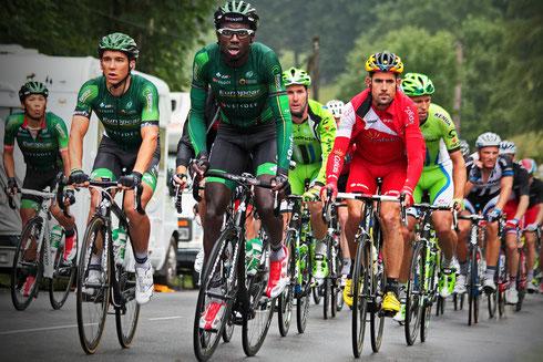 Tour de France 2014, Kevin Reza führt entschlossen das Verfolgerfeld an. Team Europcar in grünen Trikots. Foto: Tobias Bunners