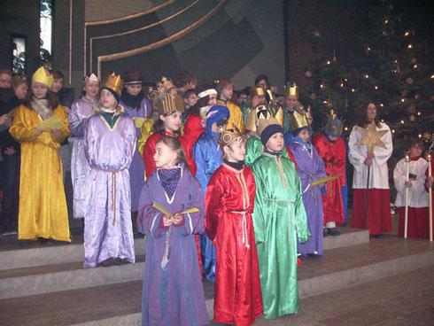 Die Sternsinger beim Singen