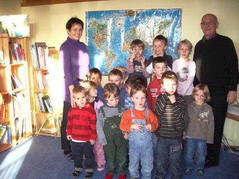"""Frau Schliermann mit den Kindern vom Kath. Kindergarten """"Gut Heuchelhof"""""""
