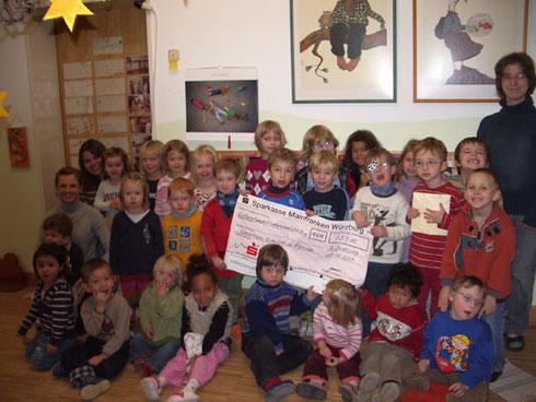 Frau Fischer und die Kleinen des Integrativen Kindergartens