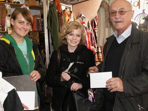 Gerhard Ehrenreich mit zwei Schülerinnen