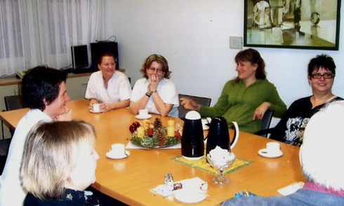 Kaffeestunde mit den gehörlosen Mitarbeiterinnen, der Personalleitung und den Gästen.