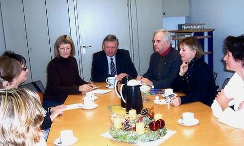 Rudolf Gast sorgt für gute Stimmung. Links vorne: Monika Lanzinger, Hildegard Schwering, Anselm Berger, Rudolf Gast, Sigrid Gast, Karin Ketterer.