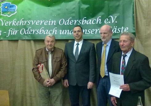 Thomas Kremer (1. Vors.) und Martin Kramer (2. Vors.) ehren Karl-Heinz Wolf für 40-jährige Mitgliedschaft sowie Norbert Felkl für 16 Jahre Tätigkeit als Kassenprüfer.