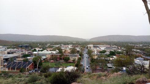 Panorama sur la ville d'Alice Springs en Australie, avec les Mc Donells en fond