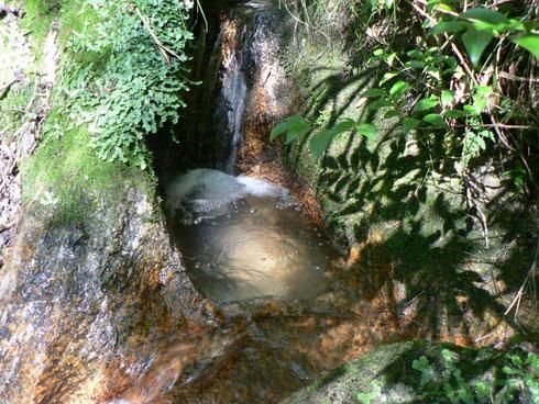 写真1.くろんど園地  水舞台下の 甌穴(ポットホール)