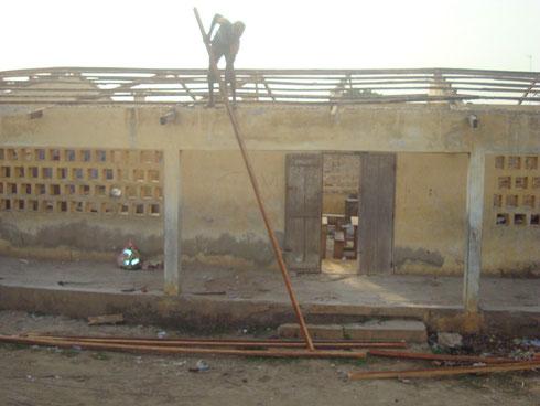 Dacharbeiten in der Schule des Stadtviertels Zongo