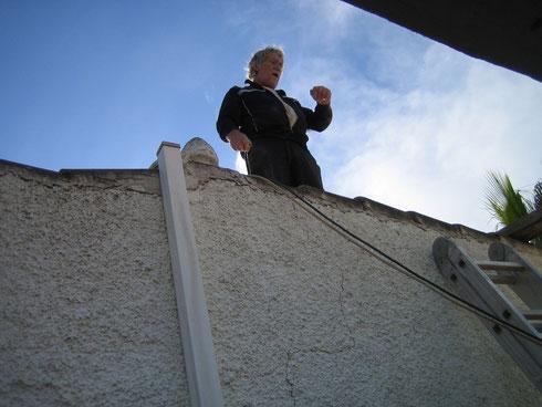 Lambert arbeitet auf dem Dach...