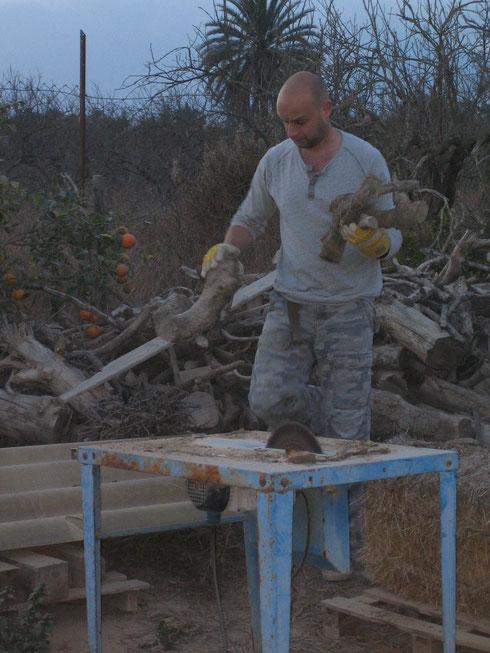 Holz für den Kamin im Haus muß zerkleinert werden