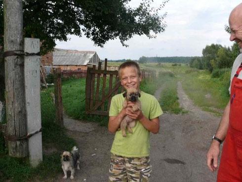 Sascha hat gerade gelernt wie man einen Hund entwurmt und zeigt ganz stolz seinen Hundewelpen