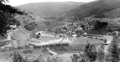 Raumland um 1910 mit 93 384 vor Personenzug von Erndtebrück nach Berleburg, im Hintergrund die Bahntrasse nach Frankenberg (Aufnahme: Carl Bellingroth, Wuppertal)