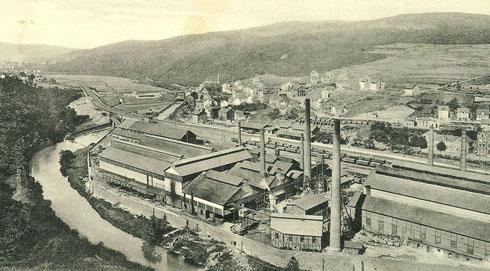 Charlottenhütte um 1906, links die Sieg, mittig der Bahnhof Niederschelden und rechts hinten die Verladestation der Gosenbacher Grube Storch und Schöneberg