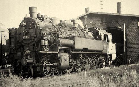 Lok 93 999 Bw Erndtebrück vor dem Lokschuppen in Berleburg, 1960
