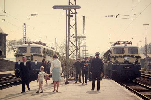 Die Eröffnungszüge mit E10 1312 (Bw Nürnberg Hbf) nach Düsseldorf und E10 1270 (Bw Heidelberg) nach Frankfurt/M stehen am 14.05.1965 abfahrbereit in  Siegen (Aufnahme: Dr. Richard Vogel, Berlin).