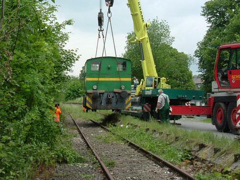 Abb. 6: Aufgleisen der letzten Waldrich Werkslok am 10.06.2005 im Bahnhof von Waldbröl (Aufnahme Olaf Hof, Niederfischbach).