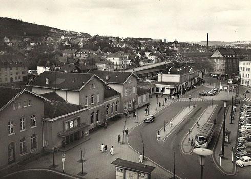 1960: Der Vorplatz wurde mit Taxistand und großen Bushaltestellen erweitert. Die Strassenbahn gibt es nicht mehr.