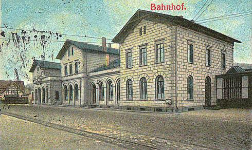 1905: Nunmehr mit Strassenbahngleis und Oberleitung, der Eingang ist nach links verlegt