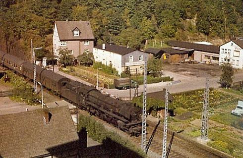 """1964 Schnellzug mit Lok 03.10 aus Hagen am Bahnübergang """"Eichenhang"""" in Weidenau. Die Masten für die Elektrifizierung stehen schon. (Aufnahme: Sammlung Burkhard Schneider, Weidenau)"""