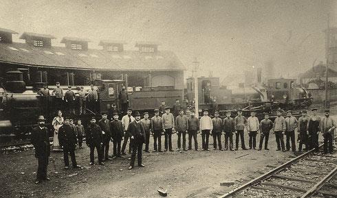 KPEV-Betriebwerkstätte Letmathe 1893 mit 2 Lok T3 und einer G3 und der gesamten Belegschaft