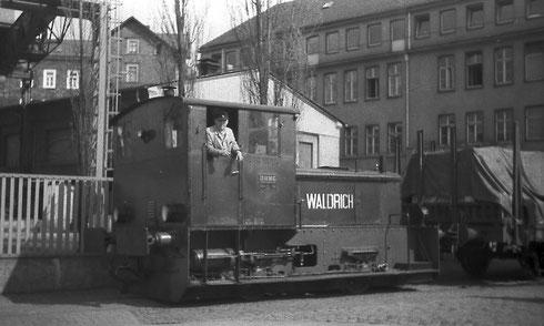 Abb. 3: Diesellok verläßt Werk III und befährt die Sankt-Johann-Strasse mit einem beladenen Güterwagen um 1966 (Aufnahme: Dr. Richard Vogel, Berlin).
