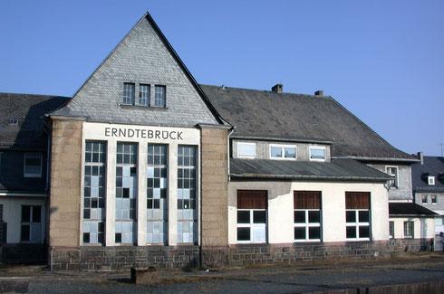 Gleisseite des Empfangsgebäudes Erndtebrück im April 2009 (Aufnahme: Dr. Richard Vogel, Berlin)