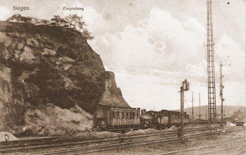 1904 rangiert eine preußische P4 mit Abteilwagen, ganz rechts ist eine Lok der Eisern-Siegener-Eisenbahn vor einem Güterzug zu sehen