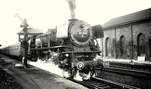 03 1001 vom Bw Hagen-Eckesey verläßt am 21.10.1962 den Bahnhof Kreuztal mit Schnellzug Richtung Hagen (Aufnahme vermutlich von Gerhard Moll, Vormwald)
