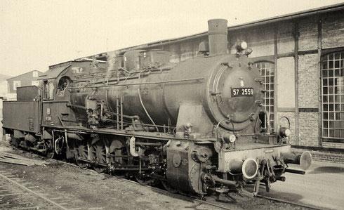 Lok 57 2559 Bw Siegen am Lokschuppen Berleburg, 1962