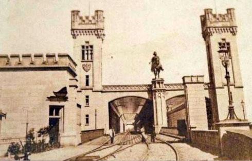 Dombrücke mit dem Reiterstandbild des preußischen Königs Friedrich Wilhelm IV auf der Kölner Seite