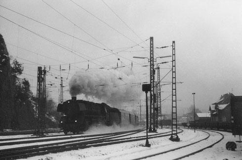 Weihnachten 1969 dampft 44 1596 vom Bw Betzdorf mit Personenzug Richtung Köln, rechts stehen Güterwagen für das Ausbesserungswerk Siegen