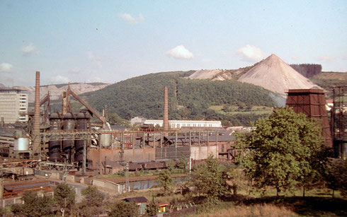 Geisweid 1969: Stahlwerke Südewestfalen zwischen Krupp-Hochhaus und Monte Schlacko (Aufnahme: Sammlung Burkhard Schneider, Weidenau)