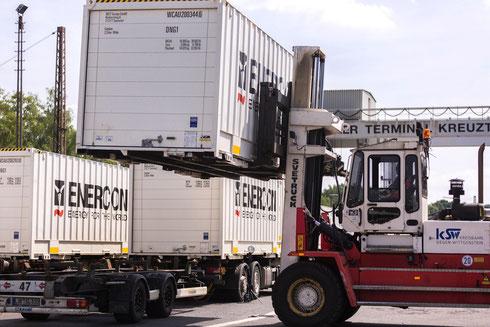 Verladung per Gabelstapler auf dem Containerterminal der KSW in Kreuztal 2013, im Hintergrund der alte Überladekran der DB (Aufnahme: Kreisbahn Siegen-Wittgenstein GmbH)