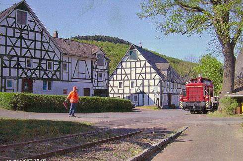"""Inselbahn in Deuz: Die Irle-Lok V60 1175 befährt am 03.05.2007 die Strasse """"Hinterm Wasser"""" Richtung Werk 1 (Aufnahme: Helmut Fuchs, Deuz)"""