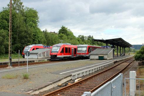 Um 12:00 Uhr am 05. Juni 2014 in Erndtebrück: Züge nach Siegen, Berleburg und Marburg. Gleis 1 wäre noch für einen Dampfzug frei! (Aufnahme: Dr. Richard Vogel, Berlin)
