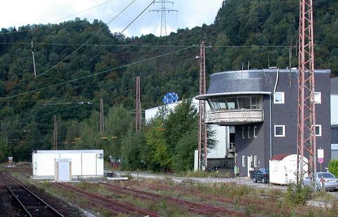 2007: Neue Technik, mitten in das Gleisfeld des Bahnhofs Werdohl gesetzt. Inzwischen ist der Bahnhof weitgehend zurückgebaut und das Stellwerk abgerissen (Aufnahme: Dr. Richard Vogel)