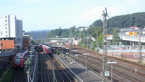 2007: RE 16 nach Essen, RE 9 nach Giessen, RB 93 nach Berleburg; die Züge sind kürzer geworden, die Häuser der Hüttentalstrasse gewichen; der Bahnhof ist in diesem Bereich bis auf die Fahrleitungen unverändert