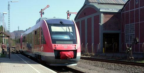 RB 93 mit Triebwagen 640 017 bei der Ausfahrt aus dem Bahnhof Ferndorf Richtung Berleburg, 2009