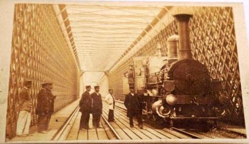 """Dombrücke mit einer Lokomotive, ähnlich der Maschine """"Brohl"""" der CME. Dieses Bild macht sehr deutlich, warum die Brücke im Volksmund Mausefalle (Muusfall) hieß."""