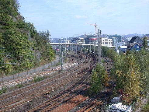 2007 ist die Bahn auf dem Rückzug: der Güterbahnhof ist mit einem Einkaufszentrum bebaut, die Rest-Gleise dorthin sind verkrautet; am Fuße des Ziegenberg ist ein Gehweg entstanden, wo zuvor das Einfahrtsgleis zu den Abstellgruppen war