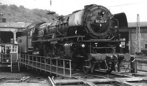 Schnellzuglokomotive 01 103 Bw Hof mit Jung-Neubaukessel 1972 im Bw Dillenburg