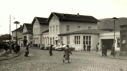 1955: Die Strassenbahnhaltestelle wurde nach dem Krieg in die Hindenburgstrasse verlegt (Aufnahme: Prof. Hans-Peter Fries, Siegen)
