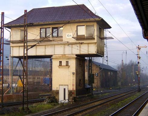 Das Stellwerk Kreuztal Nord im Personenbahnhof Kreuztal am 03.12.2006 (Aufnahme: Burkhard Schneider, Weidenau).