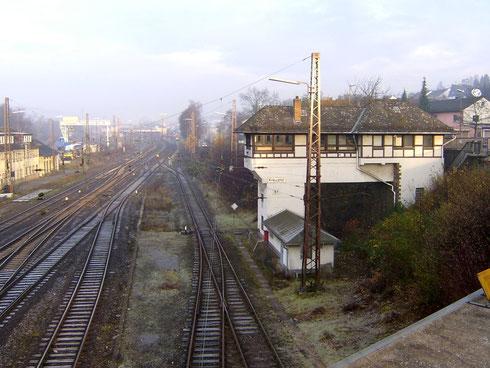 Rechts das Stellwerk Kreuztal Fahrdienstleiter an der Langenauer Brücke und links im Hintergrund der Containerkran am 03.12.2006 (Aufnahme: Burkhard Schneider, Weidenau)