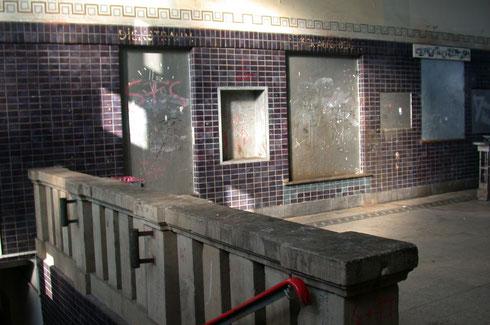 Ehemalige Gepäckausgabe, Eingangstür zur Gaststätte und aktiver Zugang zum Bahnsteigtunnel 2009