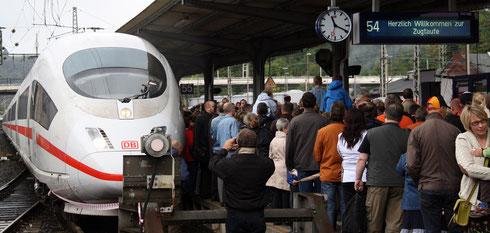 """Zugtaufe am 18.09.2011 im Bahnhof Siegen: der ICE 403 027 (TFZ 327) trägt jetzt den Namen """"Siegen"""" (Aufnahme: Irmine Skelnik, Siegen)"""