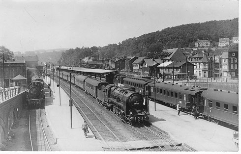 1953: P-Zug Richtung Berleburg mit 93 926 vom Bw Erndtebrück, E 784 nach Hagen mit 39 128 vom Bw Dillenburg, E-Zug aus Hagen mit einer 41 vom Bw Siegen. Im Hintergrund ist ein Betzdorfer Schienenbus zu sehen (Aufnahme: Carl Bellingrodt)