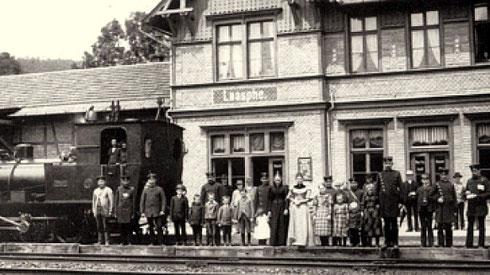 Der Bahnhof Laasphe mit Bahnpersonal Lok T3 um 1900