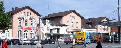 2007: Das Gebäude in Bonbon-rosa und neue Überdachung der Bushaltestelle.